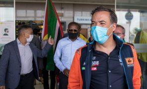 Dezenas em Maputo juntam-se para receber o primeiro piloto de Moçambique qualificado para Rali Dakar