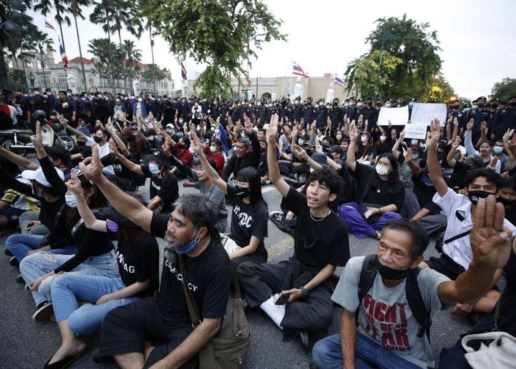 Milhares manifestam-se em Banguecoque para exigir a saída do primeiro-ministro
