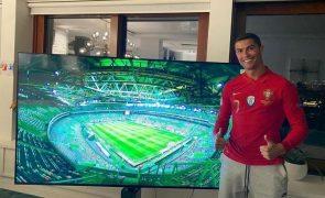 Cristiano Ronaldo voltou para Itália em avião-ambulância e já está em casa a ver o jogo de Portugal