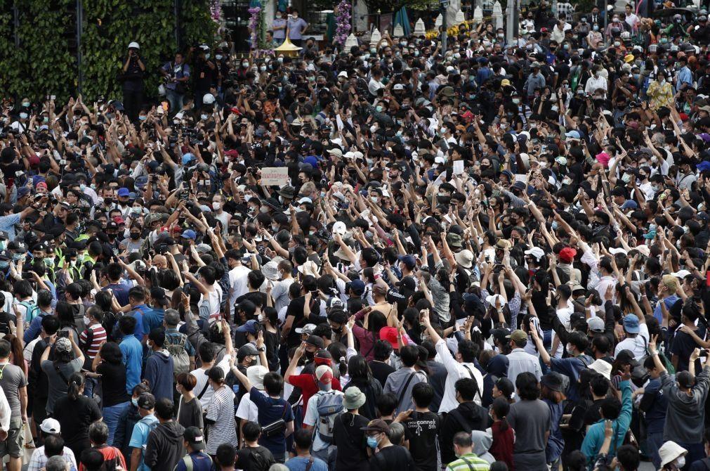 Centenas de manifestantes desafiam estado de emergência decretado na Tailândia