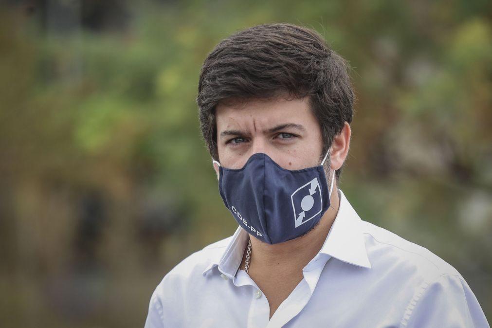Covid-19: Líder do CDS contra aplicação obrigatória apela a recuo do Governo