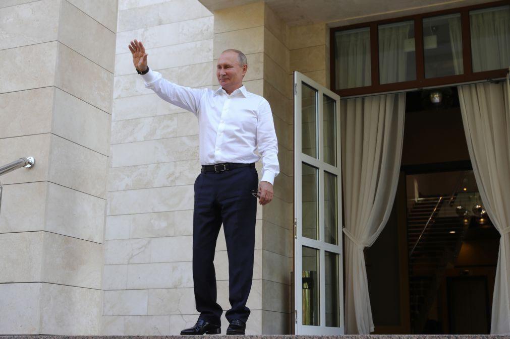 Putin pede prolongamento por um ano de tratado nuclear com Estados Unidos