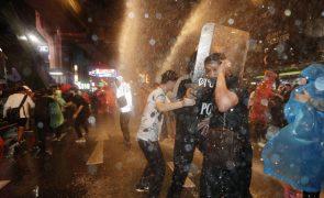 Polícia usa canhões de água para dispersar manifestantes em Banguecoque
