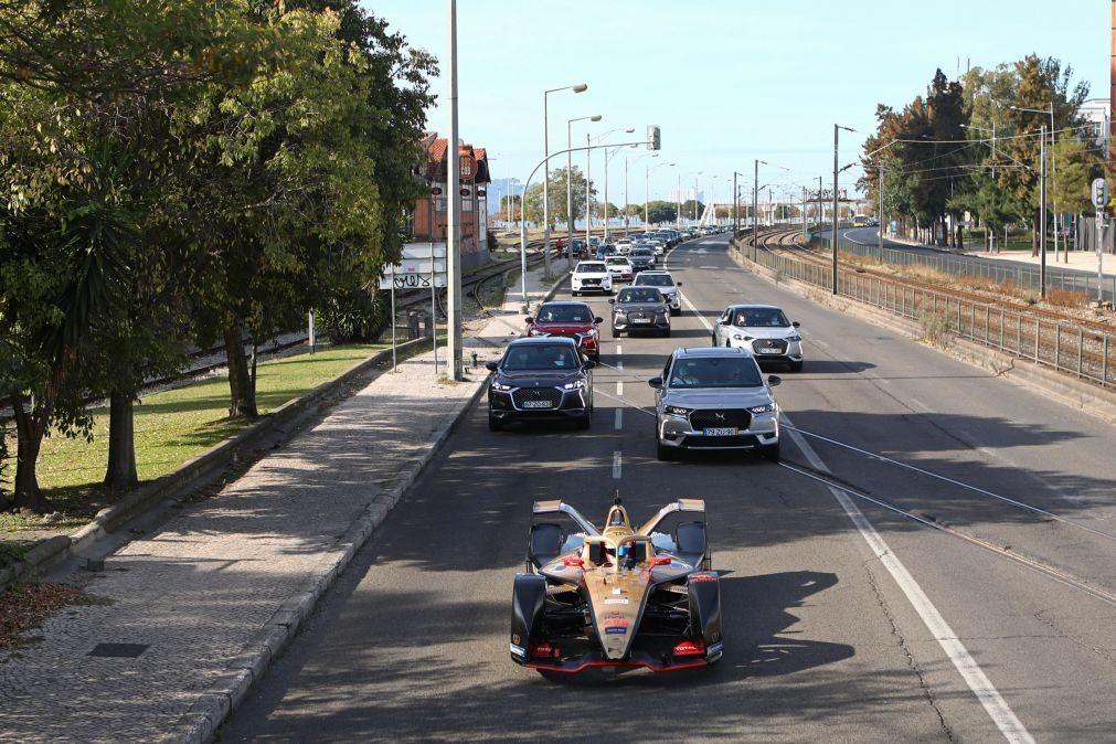 Félix da Costa celebra título da Fórmula E com desfile pelas ruas de Lisboa