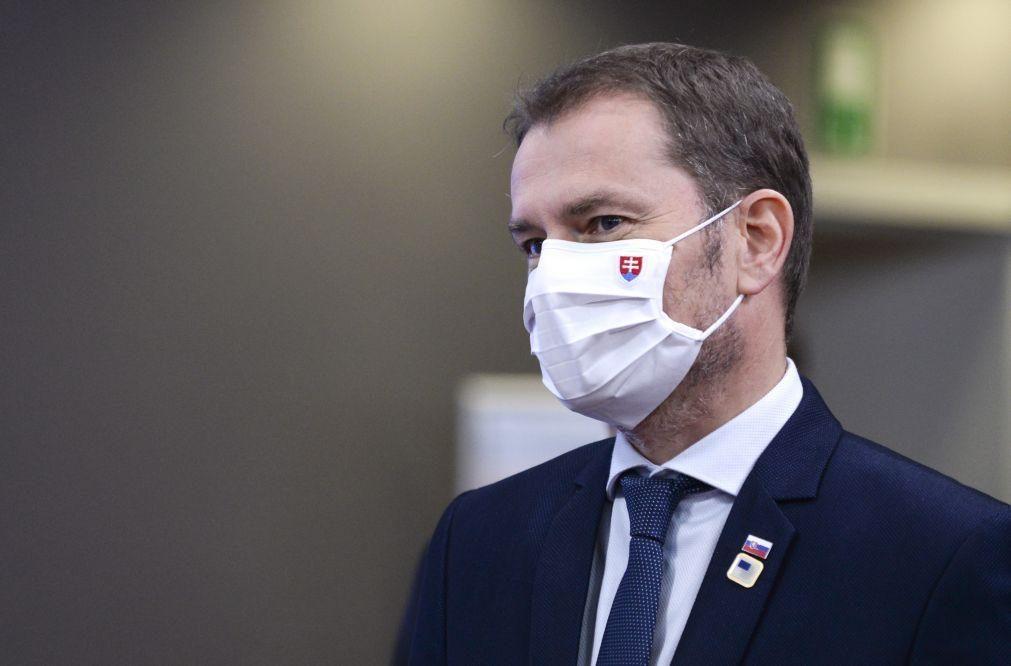 Covid-19: Governo da Eslováquia quer fazer testes rápidos a toda a população