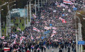 Manifestação nas ruas contra presidente da Bielorrússia resulta em mais de 100 detidos