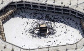 Covid-19: Arábia Saudita reabre Grande Mesquita de Meca e permite 15 mil peregrinos por dia