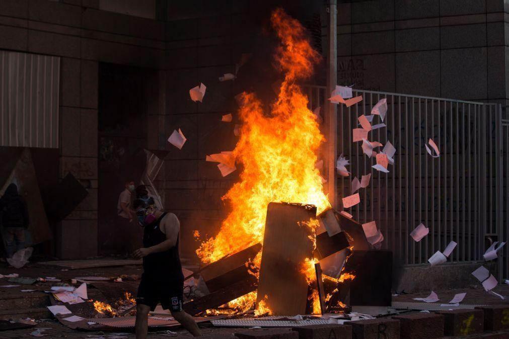 Um morto e 580 detidos em noite de violência no Chile