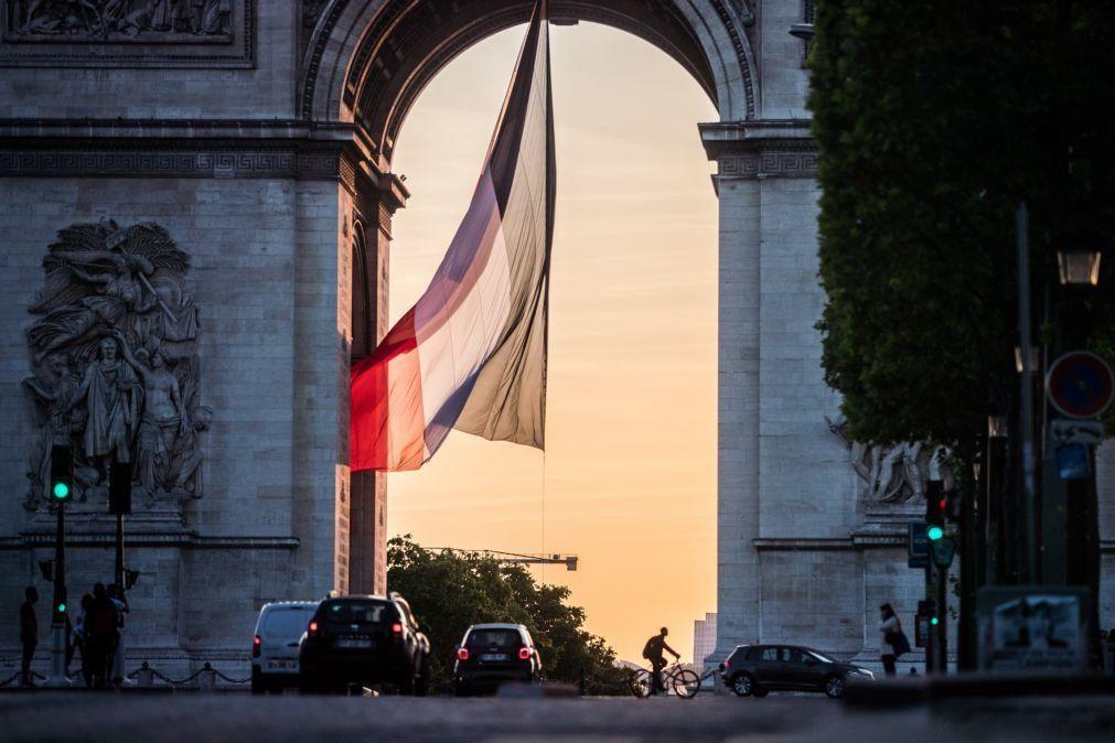 Senado francês aprova diploma para combater