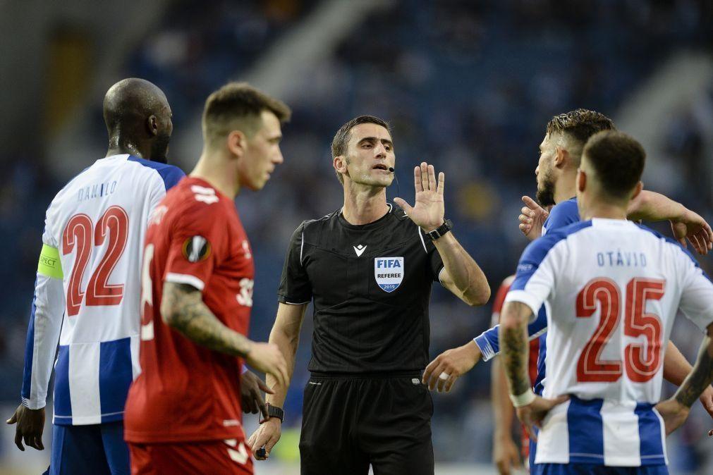 LE: Árbitro Nikola Dabanovic no Lech Poznan-Benfica e Ruddy Buquet no Braga-AEK