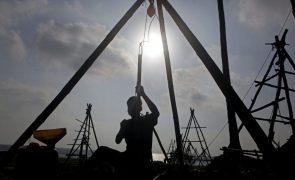 Banco Mundial admite que preço do petróleo mantém-se baixo para além de 2021