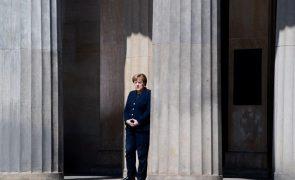 Covid-19: Partido de Merkel adia congresso que deveria eleger novo líder