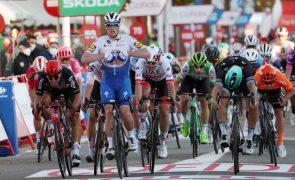 Vuelta: Organização dá vitória a Pascal Ackermann por 'sprint' irregular de Sam Bennett