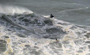 Período de espera da prova de ondas gigantes na Nazaré começa na segunda-feira