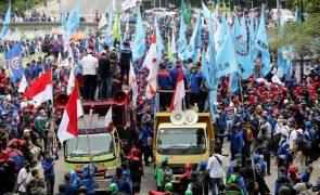Milhares voltam a sair à rua em protesto contra reforma laboral na Indonésia