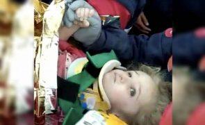 Menina de 3 anos resgatada com vida 65 horas após o terramoto na Turquia [vídeo]