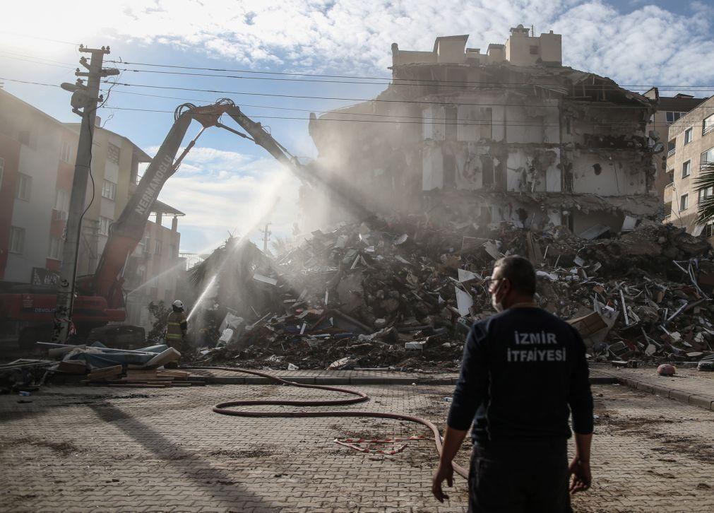 Pelo menos 100 mortos no sismo de sexta-feira na Turquia, segundo novo balanço