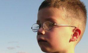 Este menino de 7 anos foi deixado à porta da escola e nunca mais foi visto
