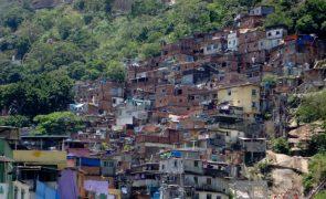 Covid-19: Maioria dos alunos que vive em favelas no Brasil ficou sem estudar na pandemia
