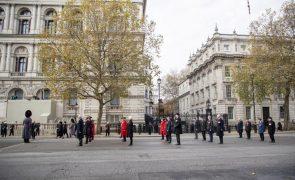 Covid-19: Reino Unido regista 532 mortes, prepara vacinação para dezembro