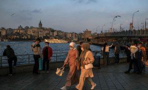 Turquia proíbe fumar em locais públicos por violar imposição de máscara
