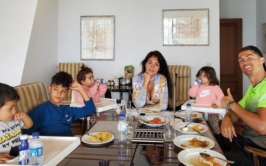 Família de Cristiano Ronaldo recebe presente da Rainha de Espanha