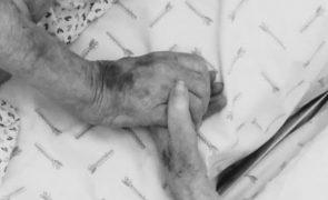 A comovente foto de despedida do casal de idosos que morreu de covid-19