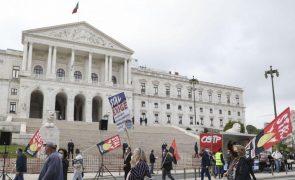 Cerca de mil trabalhadores da função pública em frente à AR por aumentos salariais