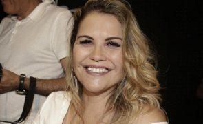 Katia Aveiro De cara lavada e de lingerie rendada, deixa texto motivador às mulheres