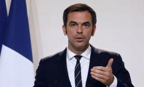 Covid-19: França diz que vacinação será gratuita e poderá começar em janeiro