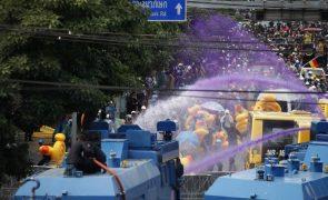 Polícia tailandesa dispersa manifestação com canhões de água e gás lacrimogéneo
