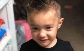 """Menino de 4 anos fica órfão por causa da covid-19 e pede """"a mãe de volta"""""""