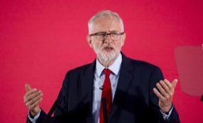 Jeremy Corbyn reintegrado no Partido Trabalhista após polémica sobre antissemitismo
