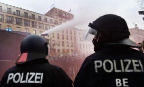 Covid-19: Polícia de Berlim usa canhões de água contra manifestação anti-restrições