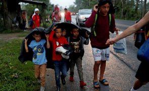 Juiz ordena que Governo dos EUA pare a expulsão de menores imigrantes
