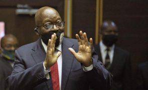 Ex-PR sul-africano pede escusa de juiz e acaba a ouvi-lo uma hora sobre integridade