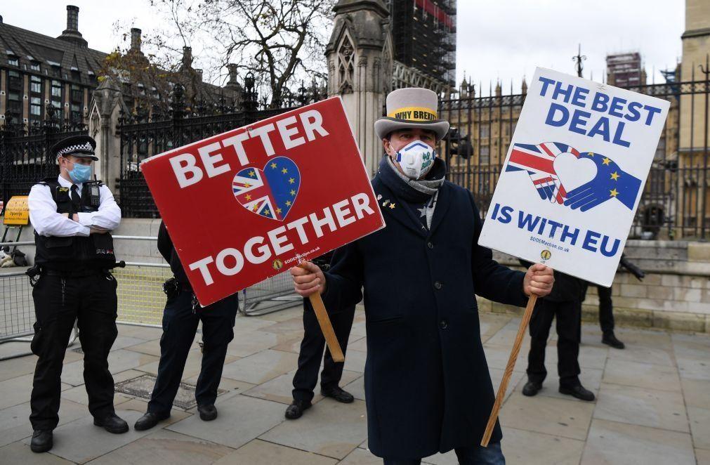 Negociações do Brexit suspensas devido a caso de covid-19 na comitiva da UE