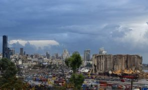 Contentores com materiais perigosos começam a ser retirados do porto de Beirute