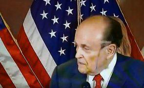 Advogado de Trump limpa em direto tinta de cabelo que lhe escorria no rosto [vídeo]