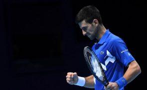 Djokovic derrota Zverev e marca encontro com Thiem nas 'meias' das ATP Finals