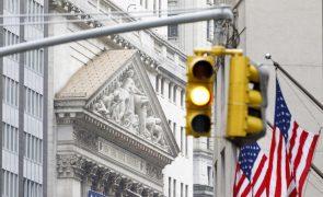 Wall Street encerra em baixa semana volátil entre esperança e receio