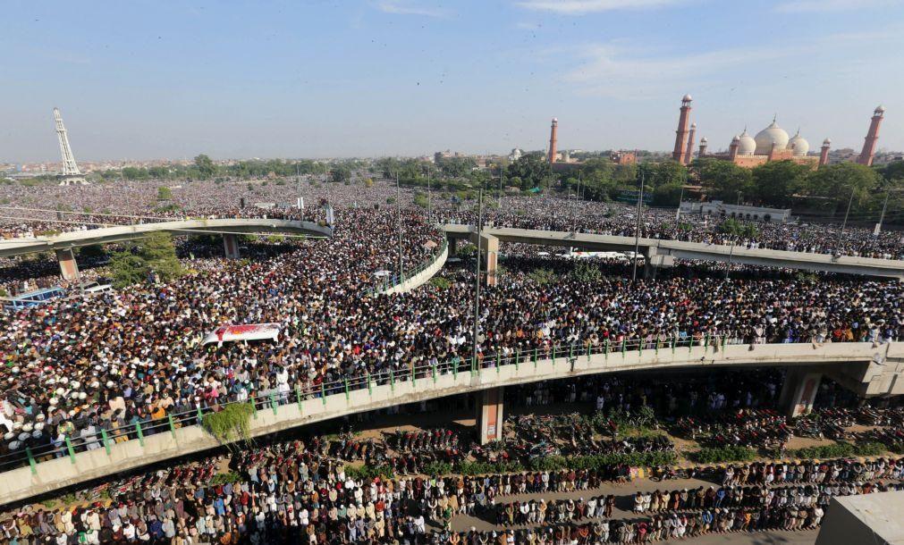 Multidão em funeral de líder islâmico por trás de protestos antifranceses no Paquistão