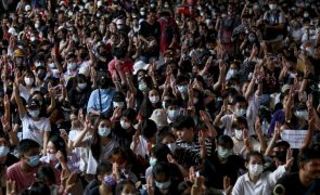 Milhares de estudantes pedem reforma escolar e mais democracia na Tailândia