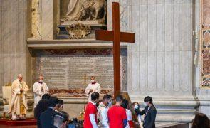 Papa desafia jovens a rejeitarem consumismo e a terem