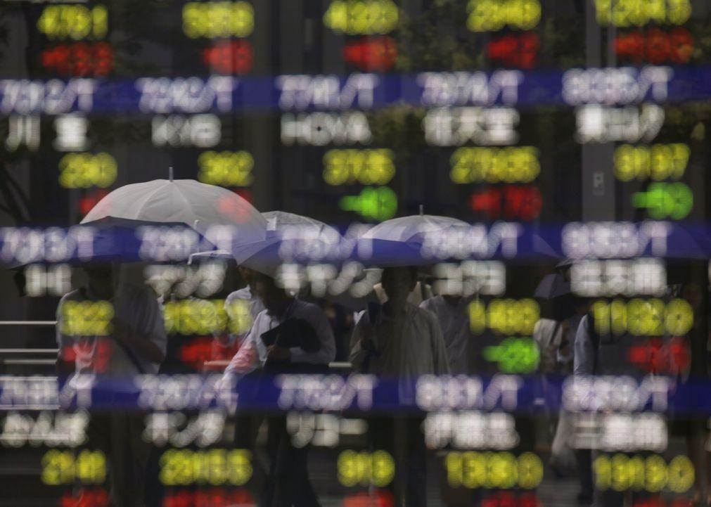 Bolsa de Tóquio fecha a ganhar 2,50%