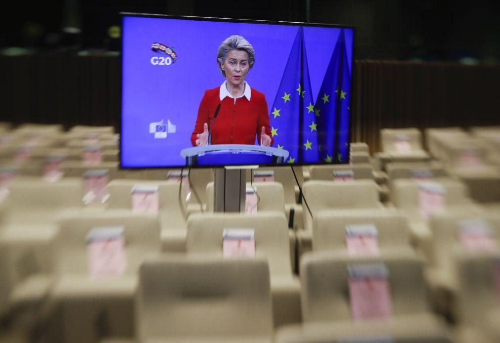 Von der Leyen lembra a Hungria e Polónia que milhões de europeus estão à espera