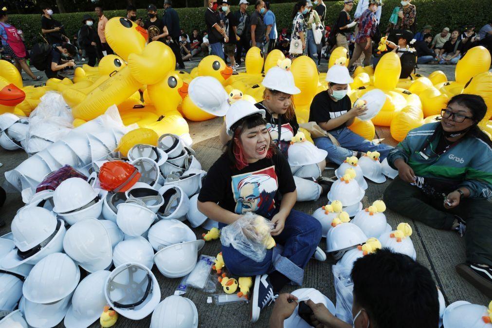 Oposição protesta contra a monarquia em Banguecoque apesar de ações na justiça