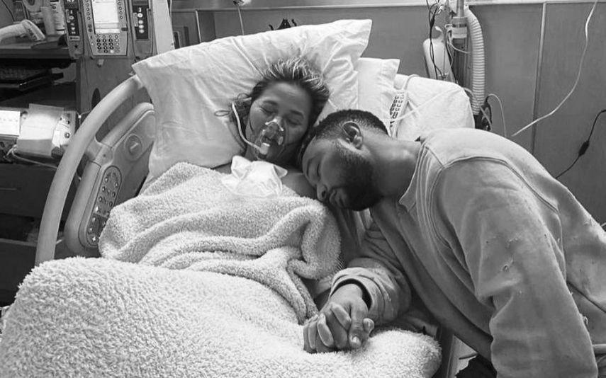 """Após perder o filho, Chrissy Teigen revela: """"Estou num buraco de luto"""""""
