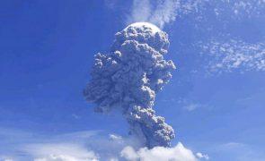 Vulcão indonésio entra em erupção e obriga a retirada de mais de 2.700 pessoas
