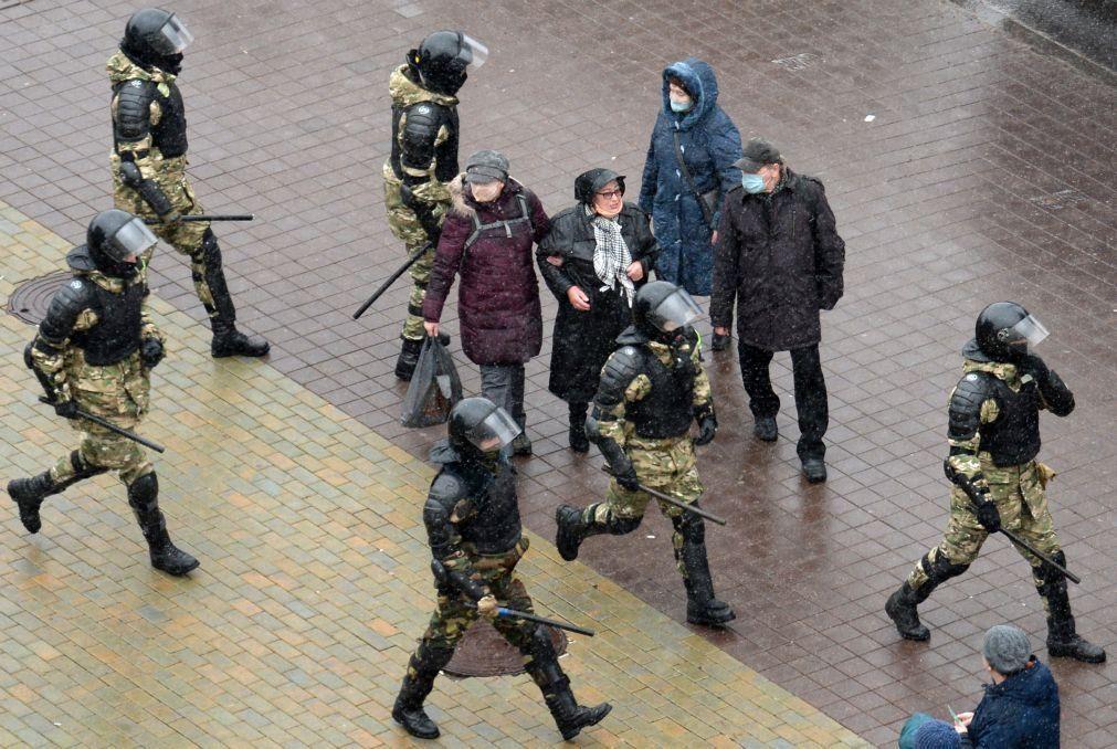 Sobe para mais de 300 os detidos em novos protestos contra presidente da Bielorrússia